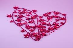 O coração feito fora da árvore de Natal vermelha peroliza e stars Fotografia de Stock