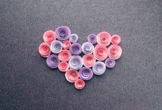 O coração feito a mão das flores de papel na obscuridade sentiu o fundo Bonito fotos de stock royalty free