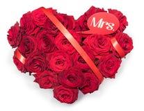 O coração fez a rosas vermelhas o ramalhete Sra. vermelha da nota do texto da fita Fundo branco isolado Imagens de Stock