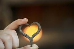O coração forjado nas mãos imagens de stock