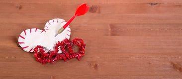 O coração que é cortado do papel, costurado por uma linha vermelha e Imagens de Stock Royalty Free