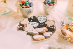 O coração saboroso romântico deu forma a cookies com close up das iniciais imagens de stock