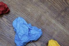 O coração três colorido dado forma amarrotou papéis na tabela de madeira ` S do Valentim Dia do ` s do amante Conceito do 14 de f Fotos de Stock
