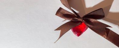 O coração vermelho com curva marrom e sombra longa Imagem de Stock Royalty Free