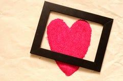 O coração vermelho deu forma, cartão do Valentim, com quadro preto Fotos de Stock Royalty Free