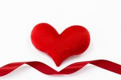 O coração vermelho no fundo branco, coração deu forma, dia de Valentim concentrado Foto de Stock Royalty Free
