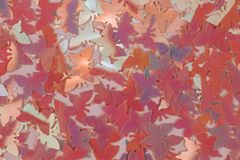 O coral borrado abstrato e a borboleta cor-de-rosa deram forma ao fundo dos confetes Configuração lisa fotos de stock royalty free