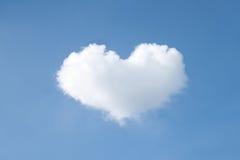 O coração dá forma à nuvem no céu Imagens de Stock