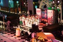 O coro canta músicas do Natal na frente do shopping Amarin em Banguecoque, Tailândia Foto de Stock Royalty Free