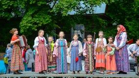 O coro do ` das meninas em trajes velhos do russo executa músicas populares do russo foto de stock