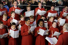 O coro executa músicas de natal do Natal Imagens de Stock