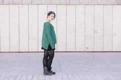 O corpo completo de uma mulher andrógino adolescente com azul tingiu o isolat do cabelo Fotografia de Stock Royalty Free