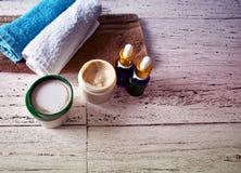 O corpo dos óleos de toalha da composição do tratamento dos termas esfrega a superfície de madeira rústica natural cosmética Foto de Stock