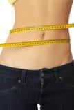 O corpo magro da mulher com fita de medição. fotos de stock royalty free