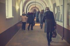 O corredor da prisão da prisão velha, da prisão kazimaty e dos povos na excursão imagens de stock