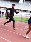 O corredor de maratona corre antes do meta Fotos de Stock