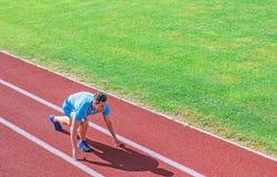 O corredor do atleta prepara-se para competir A mobilidade comum exercita para melhorar a flexibilidade e a fun??o Pontas de corr imagem de stock