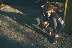 O corredor fêmea atrativo novo que toma a ruptura após movimentar-se excede fotos de stock