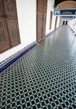 O corredor longo com mosaico telhou o assoalho em um palácio marroquino Imagens de Stock Royalty Free