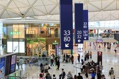 o corredor longo no aeroporto de Hong Kong Fotos de Stock