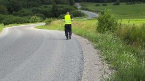 O corredor na estrada corre lentamente afastado filme