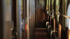 O corredor vazio do transporte da estrada de ferro com cupê, o sol brilha através da janela filme