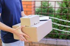 O correio Brings Order do homem ao cliente, dá a pena e o papel aos Sig Fotos de Stock