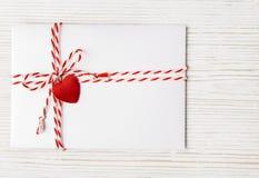 O correio do envelope do dia de Valentim, coração amarrou a corda, Valentine Letter Imagem de Stock