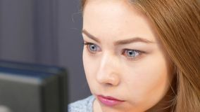 O corretor da menina monitora a mudança do comércio em seu computador em linha vídeos de arquivo
