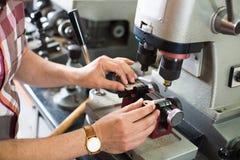 O cortador chave eficiente profissional que faz a porta fecha cópias fotos de stock royalty free