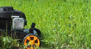 O cortador do cortador de grama ou de grama está na grama Foto de Stock