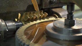 O cortador do metal corta sulco no pinhão com refrigerar filme