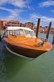 O cortador está no canal de Veneza Imagem de Stock