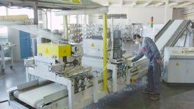 O corte da fibra de vidro na máquina cai para baixo em dispositivos de controles do empregado da correia video estoque
