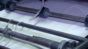 O corte de folhas ao formato desejado na unidade empilhada embala filme