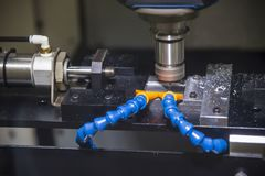 O corte de máquina da trituração do CNC a parte pequena foto de stock royalty free