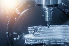 O corte de máquina do CNC de 5 linhas centrais a parte aeroespacial imagens de stock royalty free