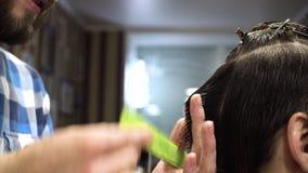 O corte do cabelo do ` s dos homens scissors em uma barbearia Feche acima da vista vídeos de arquivo