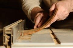 O corte do carpinteiro curvou a parte de madeira pelo cortador de madeira foto de stock royalty free