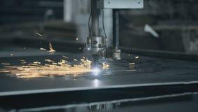 O corte do CNC LPG com faíscas fecha-se acima do metal video estoque
