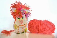 O corte do leão do brinquedo das crianças com lãs clew no branco foto de stock