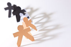 O corte do papel em povos mantem suas mãos conectadas Fotografia de Stock