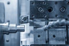 O corte do torno do CNC ou de máquina do giro a linha foto de stock