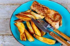 o corte marmoreado meio-raro grelhado do bife do ribeye nas fatias e na batata fritada firma o close-up Fotografia de Stock