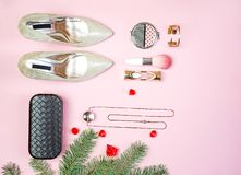 O cosmético colorido da composição da embreagem da joia dos acessórios das sapatas do equipamento do partido das mulheres da conf foto de stock