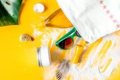 O cosmético do verão ajustou-se com creme da proteção no fundo alaranjado t foto de stock royalty free
