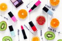 O cosmético na tabela branca com colorfull frutifica vista superior Imagem de Stock Royalty Free