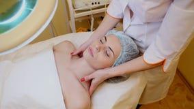 O Cosmetologist faz uma mulher enfrentar e termas da massagem do pescoço filme