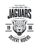 O costume furioso do jaguar do vintage viaja de automóvel o logotipo do vetor do t-shirt do clube no fundo branco ilustração stock