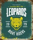 O costume furioso do leopardo do vintage viaja de automóvel o logotipo do vetor do t-shirt do clube no fundo verde ilustração stock